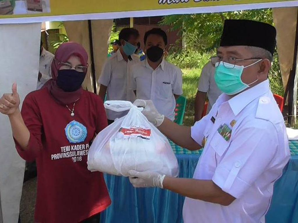 Bagikan Sembako di Polman, Gubernur Sulbar Minta Warga Berkarya dari Rumah