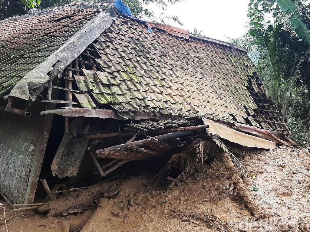 Detik-detik Longsor Timbun Warga dan Rusak Rumah di Bogor