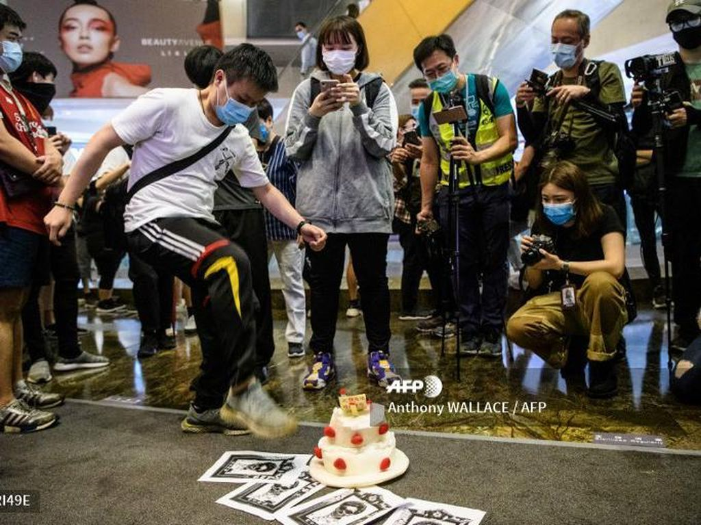 AbaikanSocial Distancing, Warga Hong Kong Demo di Hari Ulang Tahun Carrie Lam