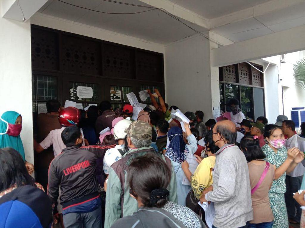 Warga Berkerumun Serahkan Berkas demi Dapat Bansos di Dinsos Medan