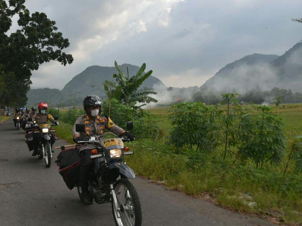Polisi di Cirebon Pakai Motor Trail Bagikan Sembako ke Wilayah Terpencil