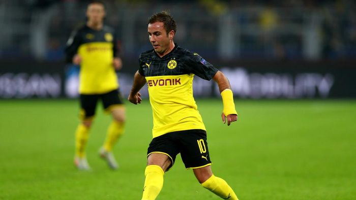 DORTMUND, GERMANY - NOVEMBER 05: Mario Goetze of Dortmund runs with the ball during the UEFA Champions League group F match between Borussia Dortmund and Inter at Signal Iduna Park on November 05, 2019 in Dortmund, Germany. (Photo by Lars Baron/Getty Images)