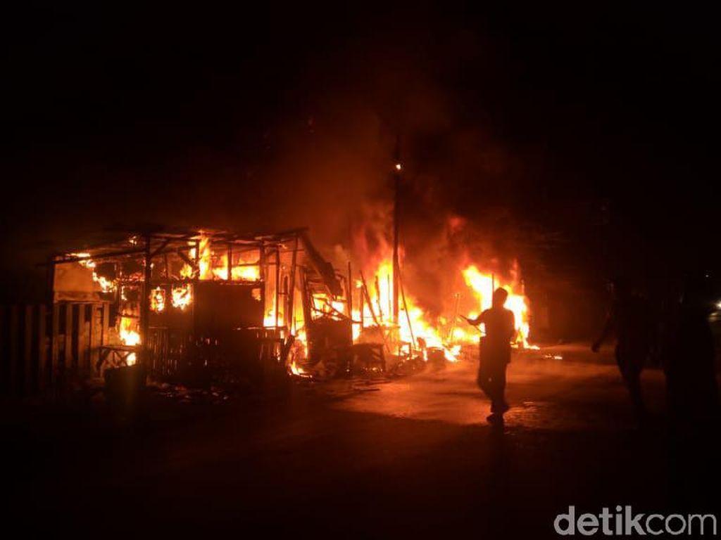 Sejumlah Kios di Bandung Barat Ludes Terbakar, 1 Orang Terluka