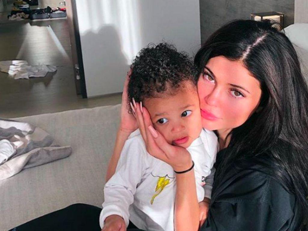 Selama Lockdown, Kylie Jenner Doyan Ngemil Waffles dan Pizza