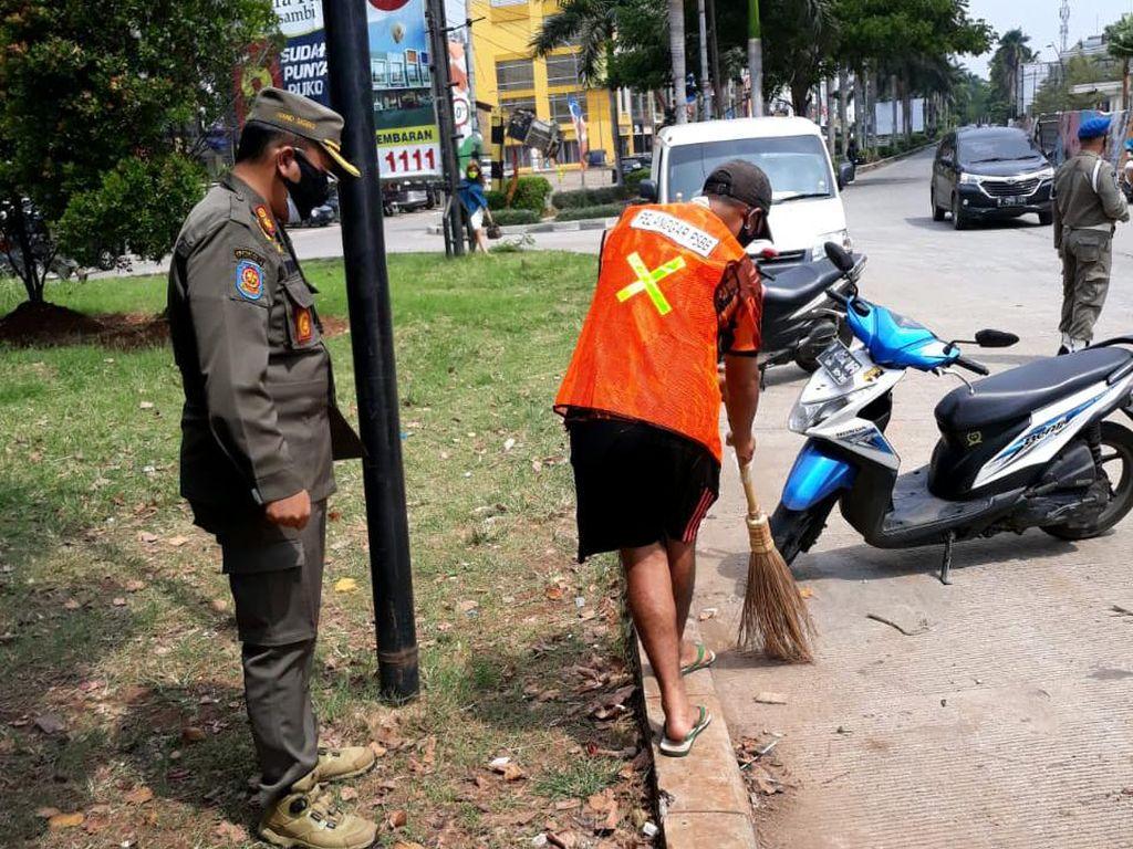 Video Pelanggar PSSB di DKI Dihukum Nyapu Jalan Pakai Rompi Oranye