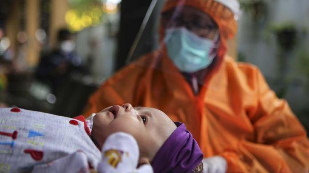 Petugas menggunakan alat pelindung diri (APD) menimbang berat badan bayi saat imunisasi di Puskesmas Karawaci Baru, Kota Tangerang, Banten, Rabu (13/5/2020). Pelayanan imunisasi tersebut tetap dilakukan di tengah pandemi COVID-19 demi menjaga kesehatan anak dengan menerapkan protokol kesehatan pencegahan penularan COVID-19. ANTARA FOTO/Fauzan/foc.