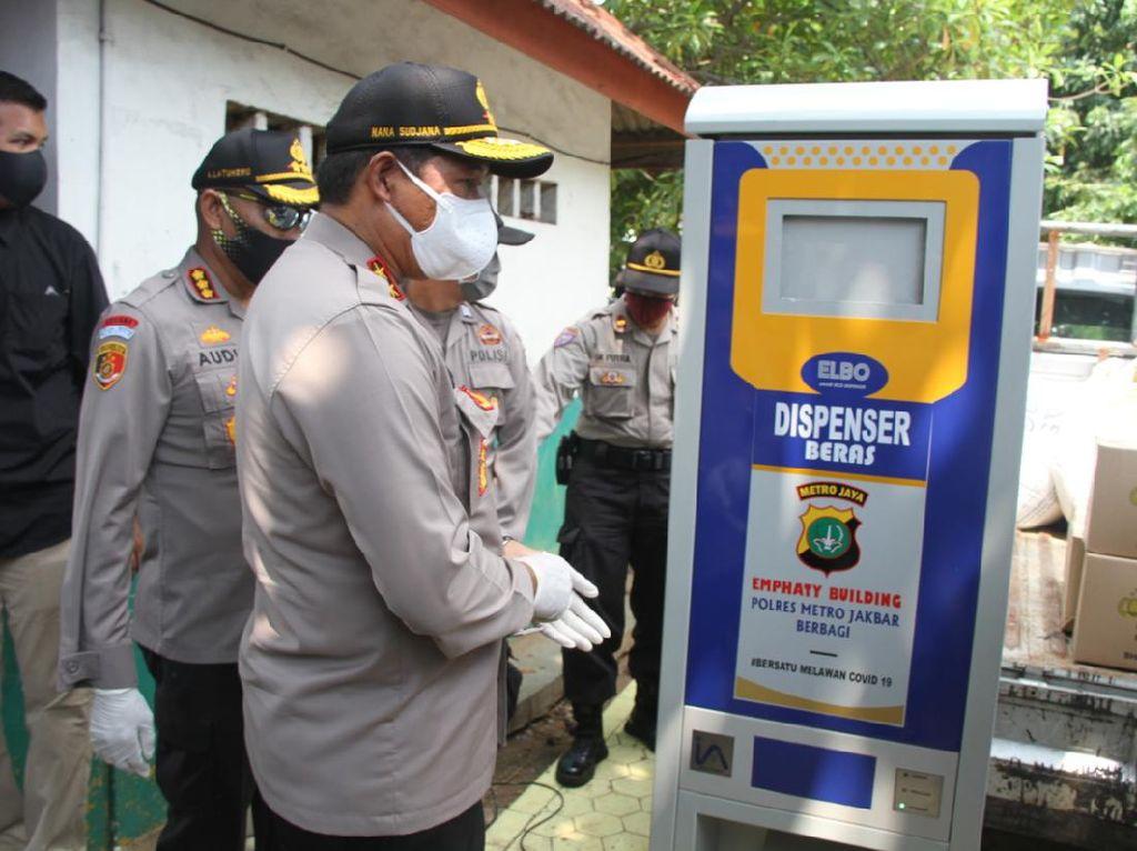 Polres Jakbar Sediakan Dispenser Beras Gratis bagi Warga Terdampak Corona