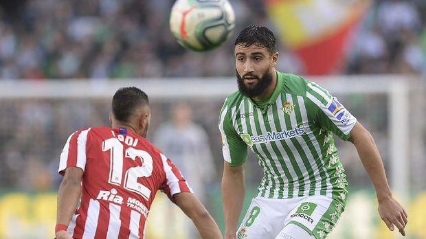 Real Betis' French midfielder Nabil Fekir (R) vies Atletico Madrid's Brazilian defender Renan Lodi (L) during the Spanish league football match Real Betis against Club Atletico de Madrid at the Benito Villamarin stadium in Seville on December 22, 2019. (Photo by CRISTINA QUICLER / AFP)
