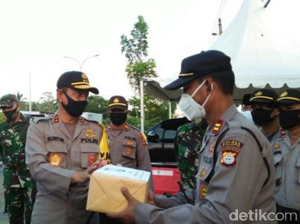 Kapolda Sulsel Beri Bantuan APD Kepada Personil yang Bertugas di Palopo