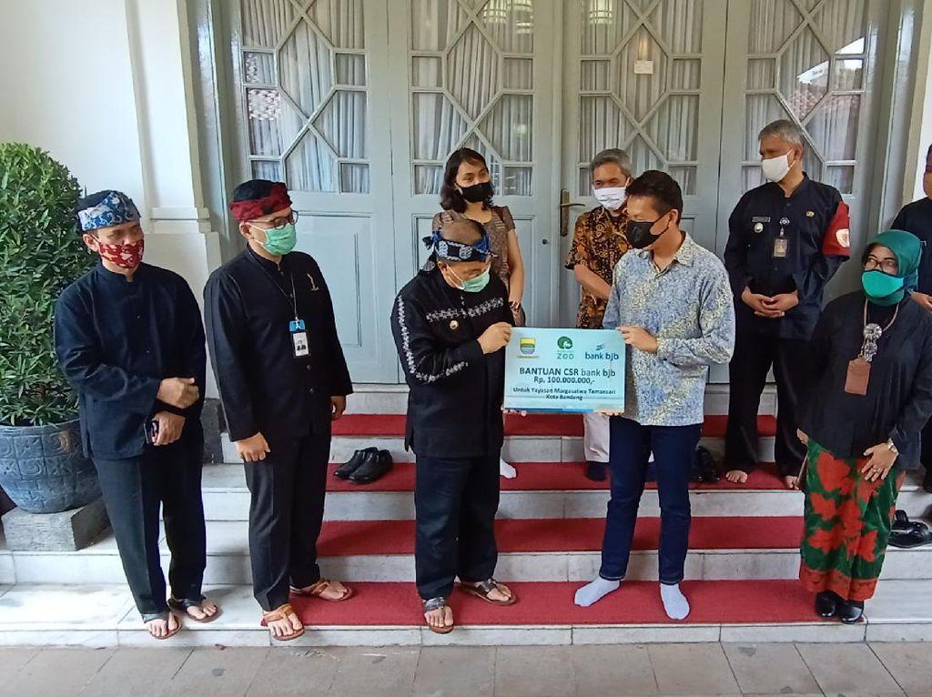 Walkot Oded Serahkan Bantuan Rp 100 Juta untuk Bunbin Bandung