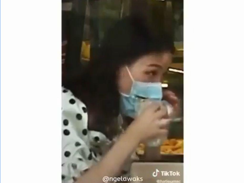 Aksi Netizen Makan Roti Tanpa Lepas Masker Ini Bikin Ngakak