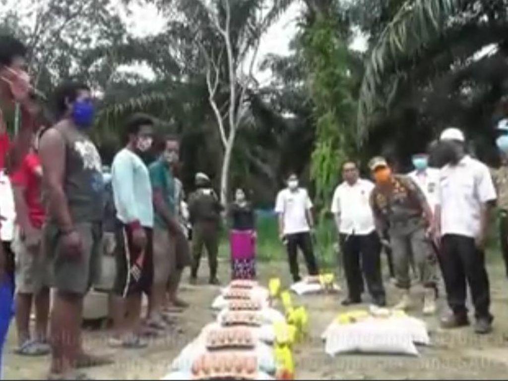 Terdampak Corona, 338 Keluarga Suku Anak Dalam di Jambi Terima Bantuan Sembako