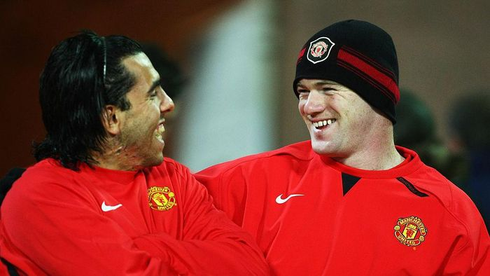 KIEV, UKRAINE - OCTOBER 22:  Wayne Rooney and Carlos Tevez of Manchester United share a joke during a training session prior to the Champions League match between Dynamo Kiev and Manchester United at the Olympiyskiy Stadium on October 22, 2007 in Kiev, Ukraine.  (Photo by Clive Rose/Getty Images)
