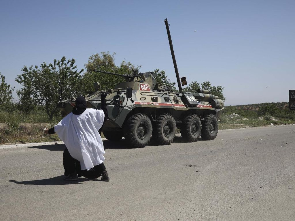 Aksi Nekat Wanita Suriah Lempar Telur ke Tank Rusia