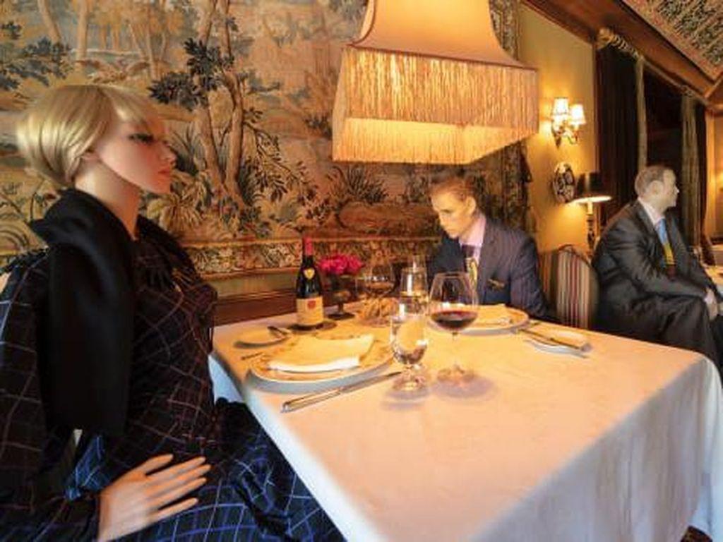 Restoran Ini Bolehkan Pengunjung Makan di Tempat, tapi Ditemani Manekin