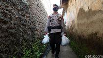 Susuri Gang, Brimob Bagi-bagi Sembako di Bandung