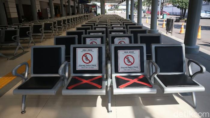 Kebijakan larangan mudik resmi diberlakukan hari ini. Suasana di Stasiun Pasar Senin terlihat sepi.