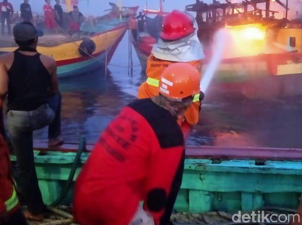 Dua Kapal Terbakar di TPI Tasikagung Rembang