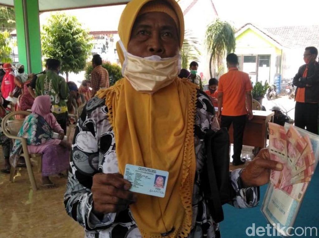 Senangnya Mbah Sukarsih Dapat Bantuan Tunai Rp 600 Ribu