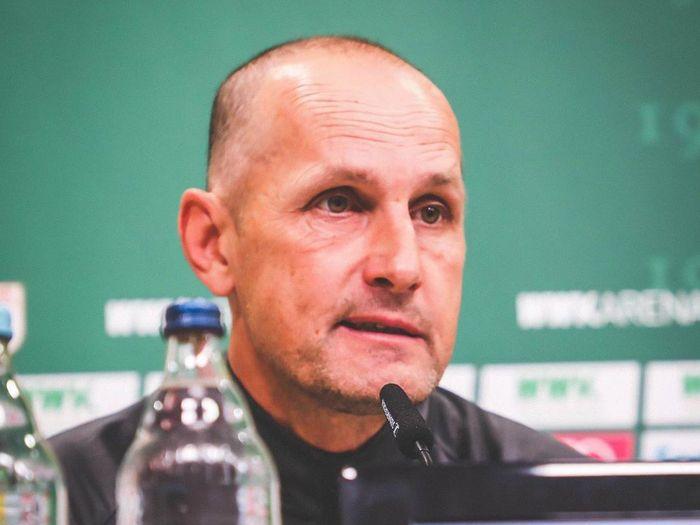 Heiko Herrlich melanggar dilarang dampingi Augsburg berlaga di Bundesliga pekan ini.