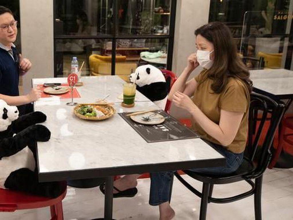 Agar Pengunjung Tak Kesepian, Restoran Ini Taruh Boneka Panda di Meja
