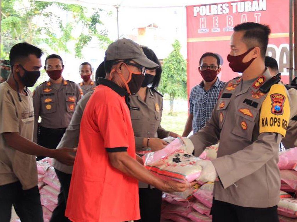 Polisi Gandeng TNI Bagi-bagi Warga Tuban Terdampak Corona