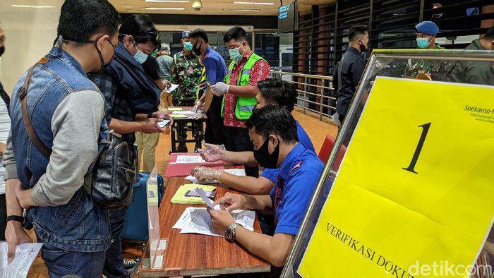 Bandara Soekarno-Hatta (Soetta) melakukan perubahan jalur pemeriksaan berkas izin perjalanan. Sebagaimana diketahui kemarin penumpang berdesak-desakan.