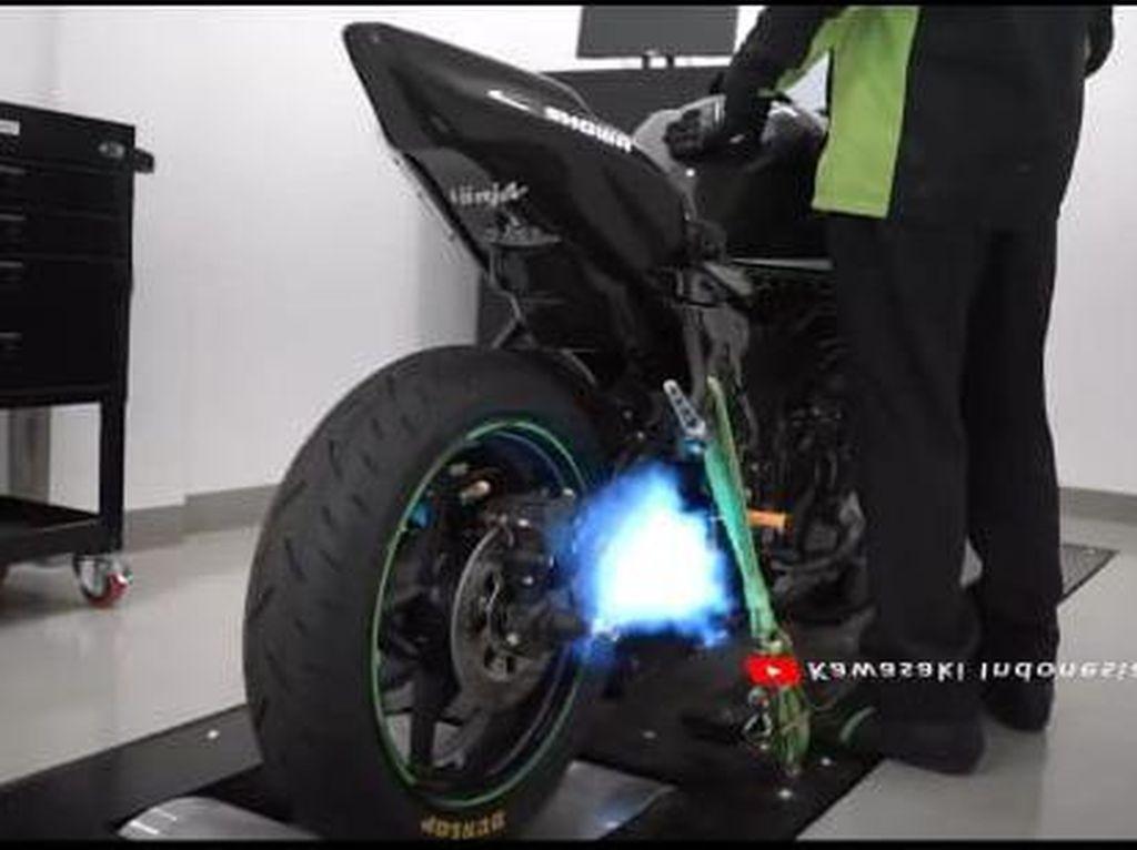 Video Lengkingan Knalpot Racing Kawasaki Ninja ZX-25R, Sampai Keluar Api