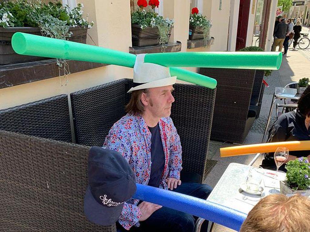 Foto Kocak Pengunjung Cafe Pakai Topi Aneh untuk Jaga Jarak Cegah Corona