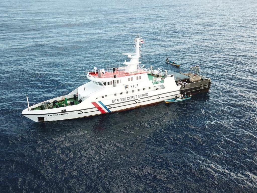 Kapal Patroli PLP Kelas II Tual Bagikan Sembako ke Kei Kecil