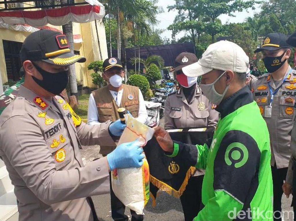 Polisi di Jabar Sebar Ribuan Sembako, di Subang Dibagikan Oleh Ojol dan Opang