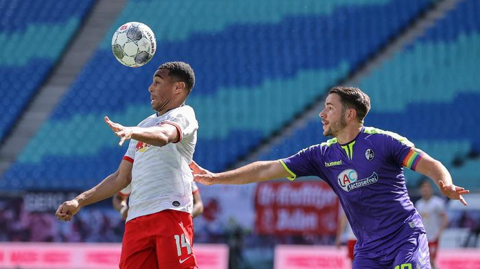LEIPZIG, GERMANY - MAY 16: Tyler Adams of RB Leipzig controls the ball with a header in front of Christian Guenter of Sport-Club Freiburg during the Bundesliga match between RB Leipzig and Sport-Club Freiburg at Red Bull Arena on May 16, 2020 in Leipzig, Germany. The Bundesliga and Second Bundesliga is the first professional league to resume the season after the nationwide lockdown due to the ongoing Coronavirus (COVID-19) pandemic. All matches until the end of the season will be played behind closed doors. (Photo by Jan Woitas/Pool via Getty Images)