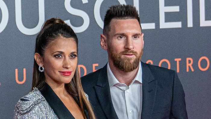 BARCELONA, SPAIN - OCTOBER 10: Lionel Messi (R) and Antonella Rocuzzo (L) pose on the red carpet for the premiere of Messi10 by Cirque Du Soleil on October 10, 2019 in Barcelona, Spain. (Photo by Robert Marquardt/Getty Images)