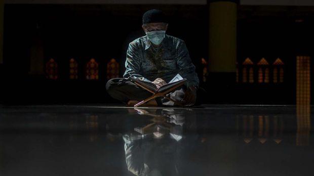 Pengurus Masjid membaca  Al Quran di Masjid Raya Bandung, Jawa Barat, Kamis (30/4/2020). Pada bulan Ramadhan, selain berpuasa umat islam juga memperbanyak kegiatan ibadah seperti tadarus Al Quran, itikaf, berzikir dan shalat sunnah guna menambah amalan. ANTARA FOTO/Raisan Al Farisi/NZ