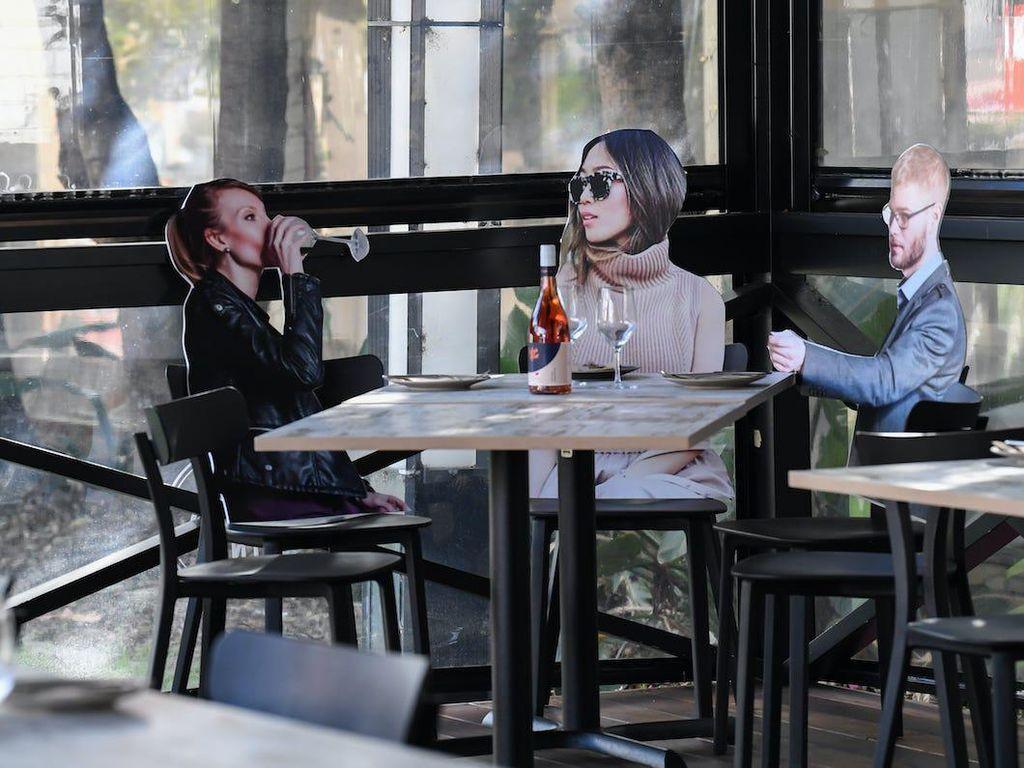 Boneka Kertas Temani Pengunjung Restoran yang Buka Kembali