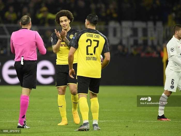 Dortmunds Belgian midfielder Axel Witsel (2nd L) and Dortmunds German midfielder Emre Can (3rd L) discuss with Spanish referee Mateu Lahoz (L during the UEFA Champions League Last 16, first-leg football match BVB Borussia Dortmund v Paris Saint-Germain (PSG) in Dortmund, western Germany, on February 18, 2020. (Photo by Ina Fassbender / AFP)