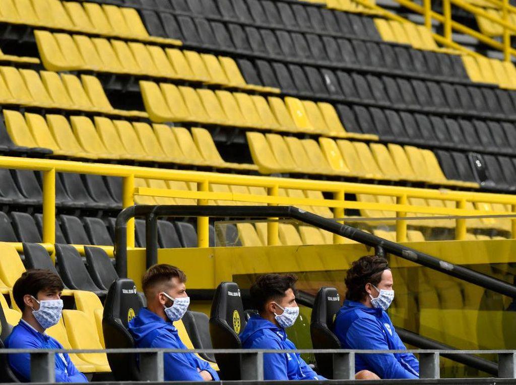 Dortmund Vs Schalke Jadi Sorotan, Kok Jaga Jarak di Bench?