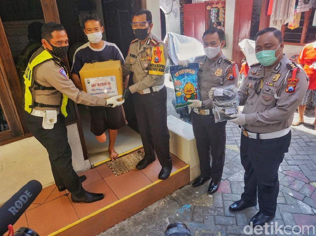 Tangis Haru Korban Kecelakaan Saat Dapat Bantuan di Tengah Pandemi