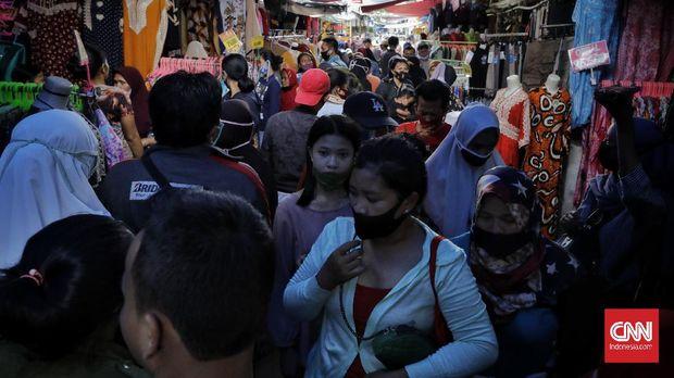 Warga mulai memadati pedagang kaki lima sekitar jalan Jatibaru, Tanah Abang. Jakarta, Minggu, 17 Mei 2020. Meski pemberlakuan PSBB Jakarta belum dicabut, sejumlah warga mulai melakukan aktivitas seperti biasa kembali. Data Kemenkes, 17.000 lebih warga telah positif terinfeksi corona, dengan kasus terbanyak DKI Jakarta dengan 5.881 kasus. CNNIndonesia/Adhi Wicaksono.
