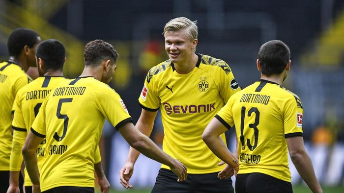 Dortmunds Erling Haaland, center, celebrates after his team scored the 4th goal during the German Bundesliga soccer match between Borussia Dortmund and Schalke 04 in Dortmund, Germany, Saturday, May 16, 2020. The German Bundesliga becomes the worlds first major soccer league to resume after a two-month suspension because of the coronavirus pandemic. (AP Photo/Martin Meissner, Pool)