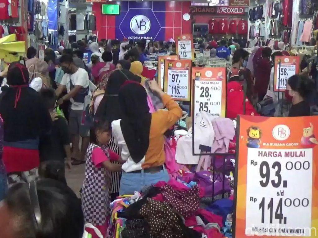 Langgar PSBB, Warga Menyemuti Toko Baju di Subang