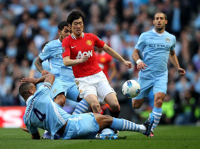 MANCHESTER, ENGLAND - APRIL 30:  Ji-Sung Park of Manchester United is tackled by Vincent Kompany of Manchester City during the Barclays Premier League match between Manchester City and Manchester United at the Etihad Stadium on April 30, 2012 in Manchester, England.  (Photo by Alex Livesey/Getty Images)