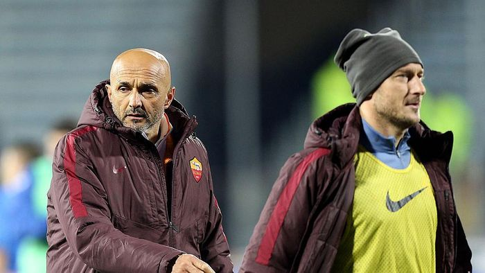 EMPOLI, ITALY - FEBRUARY 27: Luciano Spalletti and Francesco Totti of AS Roma after during the Serie A match between Empoli FC and AS Roma at Stadio Carlo Castellani on February 27, 2016 in Empoli, Italy.  (Photo by Gabriele Maltinti/Getty Images)