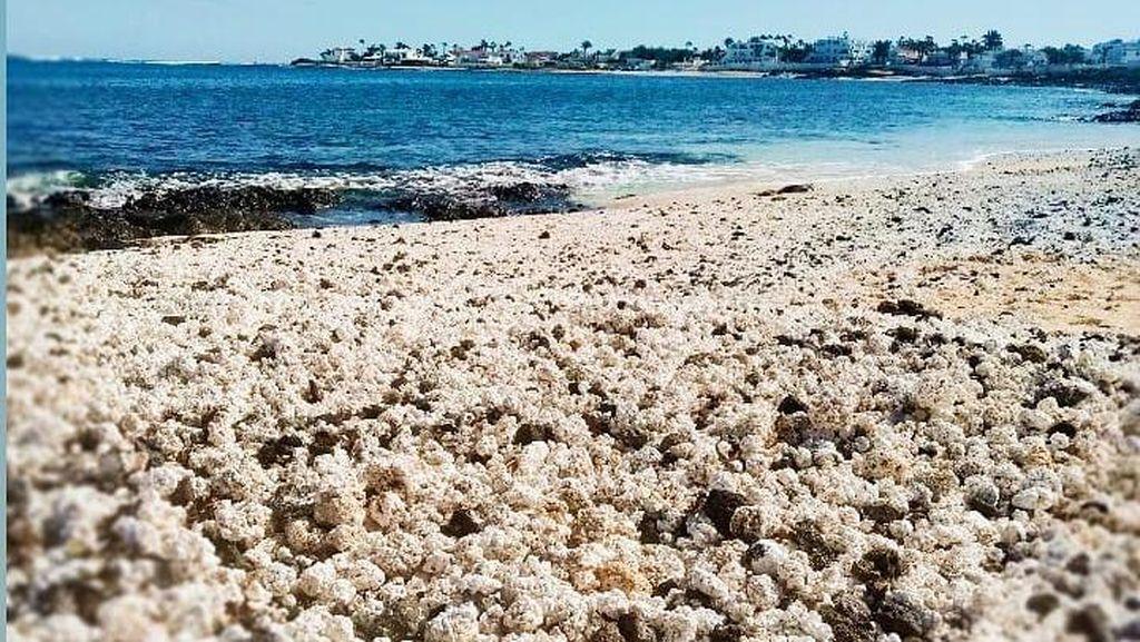 Potret Pantai Spanyol yang Punya Pasir Popcorn