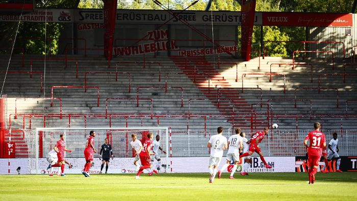 Striker Bayern Munich, Robert Lewandowski kembali mencetak gol setelah liga terhenti selama dua bulan. Ia berhasil membawa timnya menang dalam pertandingan itu.