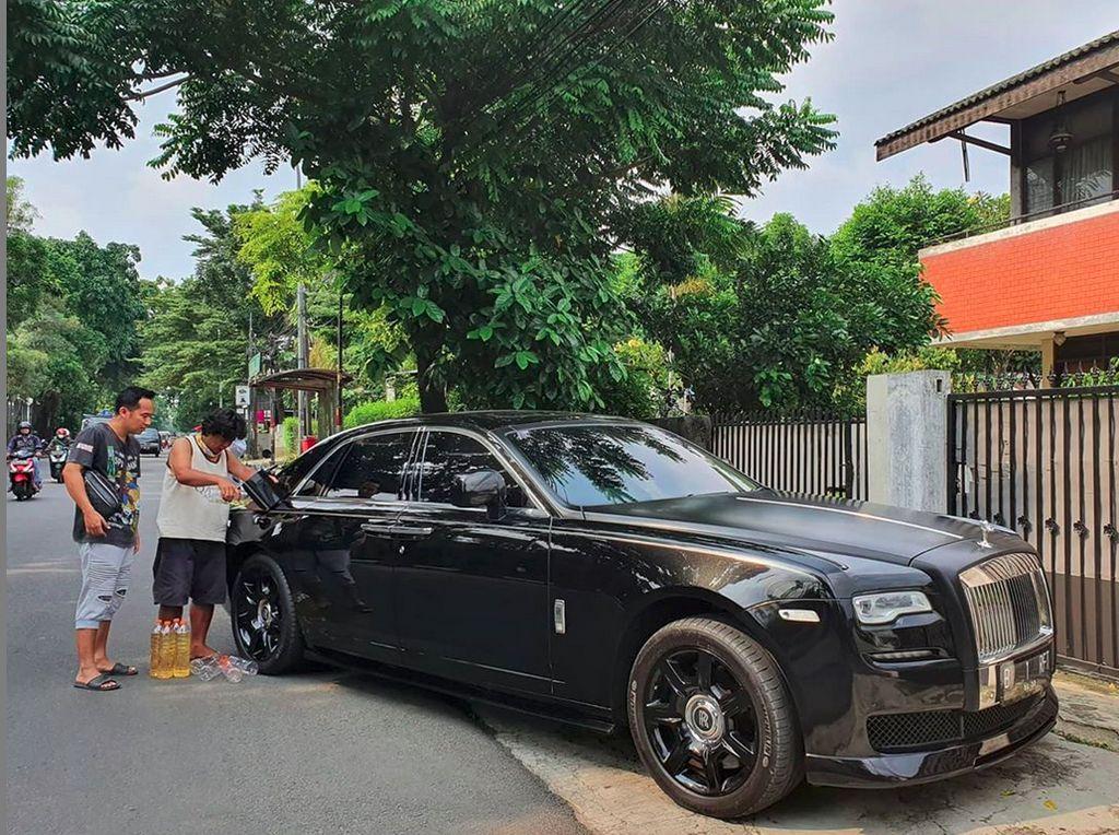 Duh! Denny Cagur Isi Rolls Royce Raffi Seharga Rp 15 M dengan Bensin Eceran