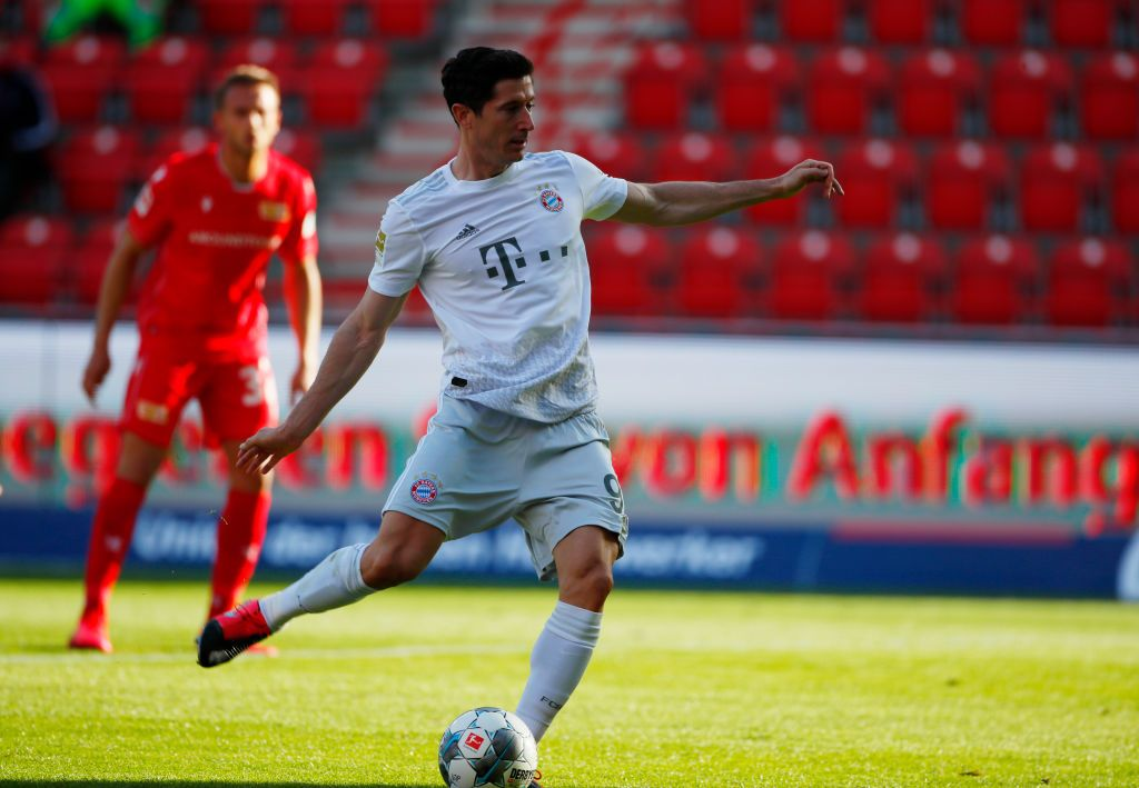 BERLIN, GERMANY - MAY 17: Robert Lewandowski of Bayern Munich scores their first goal from the penalty spot, during the Bundesliga match between 1. FC Union Berlin and FC Bayern Muenchen at Stadion An der Alten Foersterei on May 17, 2020 in Berlin, Germany. The Bundesliga and Second Bundesliga is the first professional league to resume the season after the nationwide lockdown due to the ongoing Coronavirus (COVID-19) pandemic. All matches until the end of the season will be played behind closed doors. (Photo by Hannibal Hanschke/Pool via Getty Images)