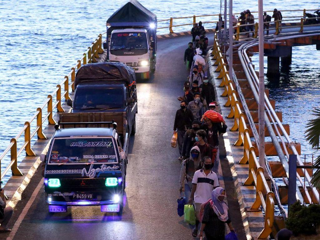 Pemudik di Pelabuhan Ketapang Banyuwangi Membludak