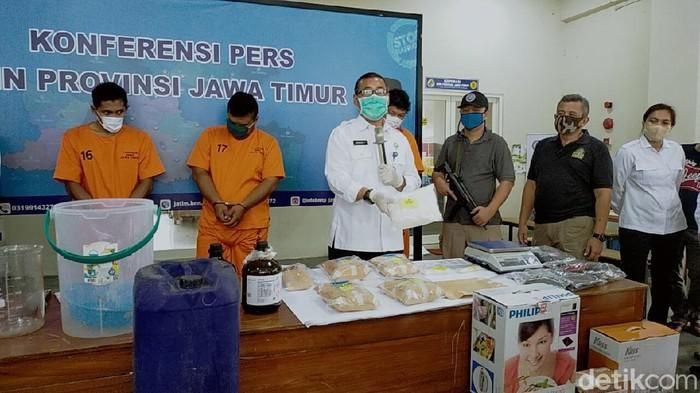 BNNP Jatim menangkap eks pesepakbola dan pemain Liga 2 pengedar sabu.