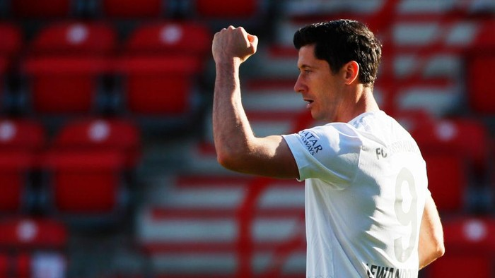 BERLIN, GERMANY - MAY 17: Robert Lewandowski of Bayern Munich celebrates scoring their first goal during the Bundesliga match between 1. FC Union Berlin and FC Bayern Muenchen at Stadion An der Alten Foersterei on May 17, 2020 in Berlin, Germany. The Bundesliga and Second Bundesliga is the first professional league to resume the season after the nationwide lockdown due to the ongoing Coronavirus (COVID-19) pandemic. All matches until the end of the season will be played behind closed doors. (Photo by Hannibal Hanschke/Pool via Getty Images)